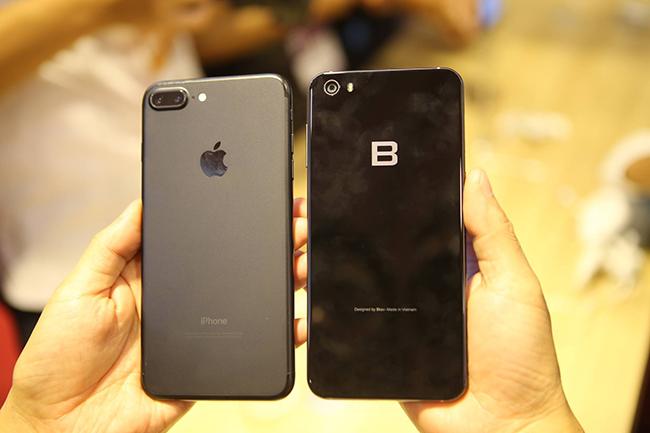 Bphone 2017 đứng cạnh iPhone 7 Plus. Ảnh: Dân Việt