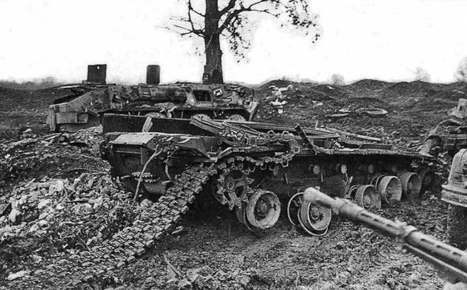 Xe tăng quân đội Nga bị phá hủy tan tành. Ảnh: RT