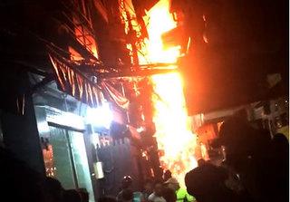 Clip cháy phố Tây ở TP.HCM giữa giờ cao điểm khiến nhiều người chạy náo loạn