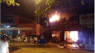 Cửa hàng điện máy lớn ở Quảng Trị bất ngờ bốc cháy ngùn ngụt trong đêm