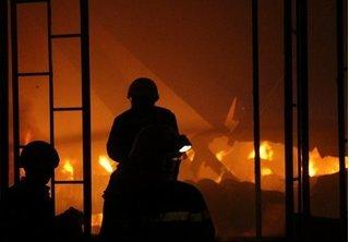 Clip cháy kho hàng 1.500m2 ở TP.HCM, nhiều người bỏ chạy thoát thân