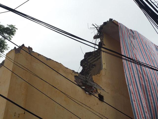 Bức tường của trường bị đổ