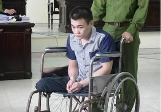 Cụt 2 chân phải ngồi trên xe lăn vẫn mang dao đi giết người