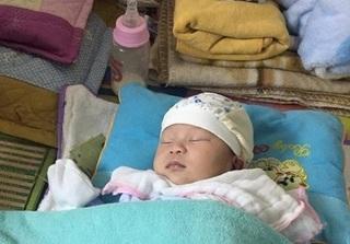 Bé gái 15 ngày tuổi bị bỏ rơi tại nhà trọ: Người mẹ đã quay lại nhận con và khóc lóc xin lỗi