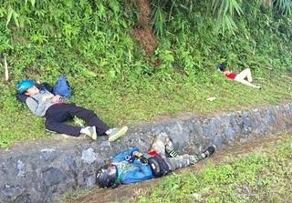 Choáng với loạt ảnh phượt thủ Việt ngủ vật vờ bên vệ đường, dưới rãnh nước