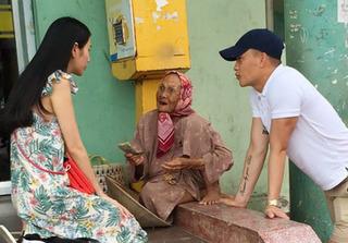Hành động bất ngờ của Thủy Tiên khi gặp cụ bà bán vé số 90 tuổi