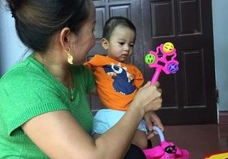 Bé trai 1 tuổi bị mẹ bỏ rơi dưới gầm xe tải: Bé rất bụ bẫm, ngoan và ít quấy khóc