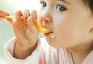Mẹ thông minh phải biết thời điểm và những sai lầm khi cho con ăn sữa chua