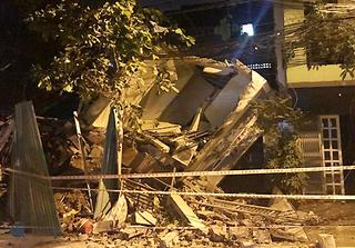 Nhà ba tầng ở Sài Gòn đổ sập, đè nát căn bên cạnh