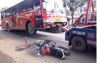 Băng qua đường không quan sát, người phụ nữ bị xe đâm tử vong