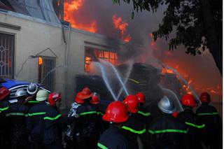 Đang chữa cháy, tầng 1 đổ sập khiến 3 chiến sĩ cứu hỏa thương vong
