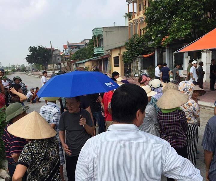 Án mạng tại Bắc Ninh rất đông người dân hiếu kỳ vây lại xem