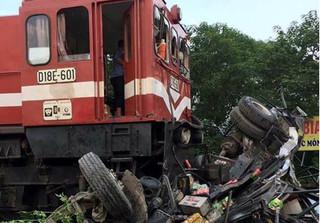 Tai nạn đường sắt: Cố sang đường xe tải bị tàu hỏa đâm nát bét