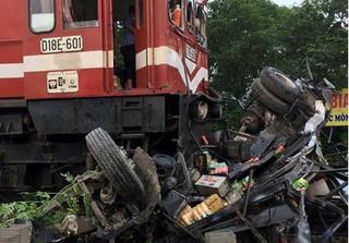 Xác định danh tính tài xế trong vụ tàu hỏa đâm nát xe tải ở Hà Nội