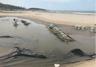 Hàng chục đầm tôm tan hoang sau cơn bão khủng khiếp