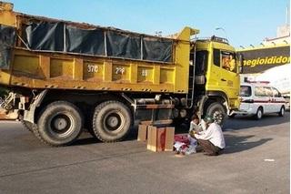 Va chạm với xe tải, con trai 3 tuổi tử vong tại chỗ, người mẹ nguy kịch