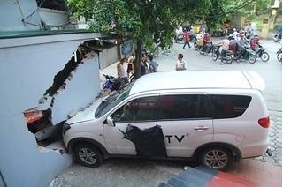Hà Nội: Bị xe 7 chỗ húc đổ tường, chủ nhà đòi bồi thường 200 triệu đồng