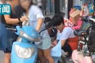 Đang chạy xe máy, sản phụ chuyển dạ sinh con ngay trên đường