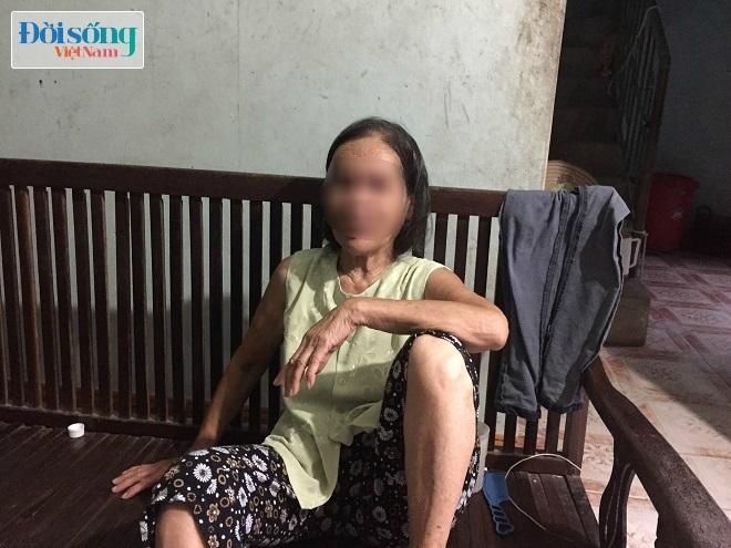 Mẹ đẻ nữ hung thủ cho biết, sau khi gây án xong đối tượng vẫn về nhà ăn ở và đi làm nhưng sắc mặt không được tốt