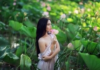 Một nữ người mẫu bikini bị phạt nặng vì chụp hình với hoa sen