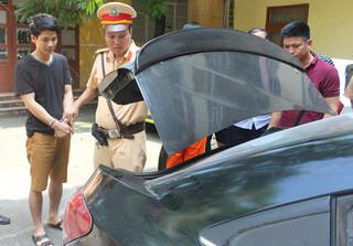 Truy đuổi và tóm gọn ô tô biển xanh chở ma túy trên cao tốc Hà Nội - Bắc Giang