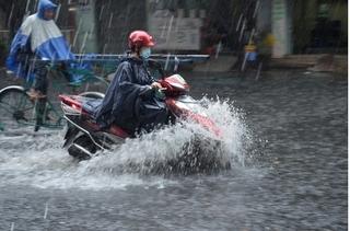 Áp sát bờ biển Quảng Ninh – Hải Phòng, áp thấp nhiệt đới gây mưa lớn cho Bắc Bộ