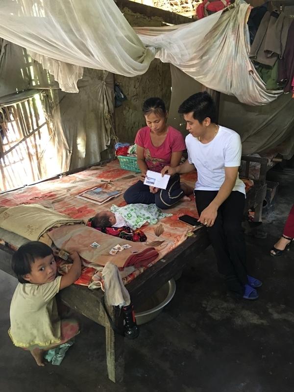 Ban ngày Mai Trần Lâm đến tận nhà những hộ nghèo để thăm hỏi và động viên