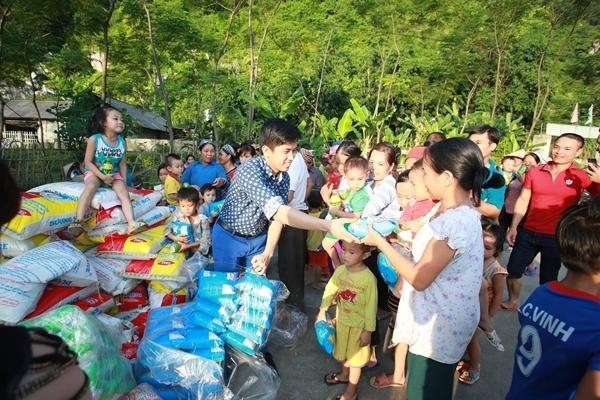 Mai Trần Lâm phát quà cho các hộ nghèo