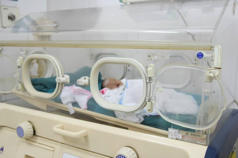 Bé gái 28 tuần sinh non nặng 1,4kg, bị mẹ đẻ bỏ rơi tại bệnh viện