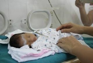 Bé gái sinh non nặng 1,4kg, bị mẹ đẻ bỏ rơi tại bệnh viện