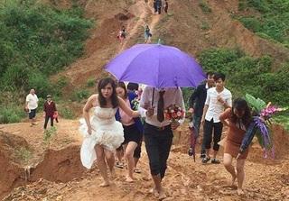 Cô dâu Hà Tĩnh chân trần vượt đường lầy lội và ghập ghềnh về nhà chồng