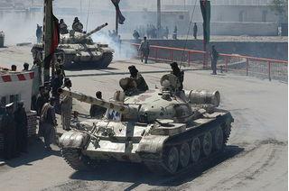 Nga rầm rập mang tên lửa và xe tăng tới hỗ trợ quân đội Syria