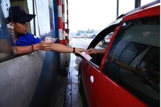Tài xế dùng tiền lẻ qua BOT tránh Biên Hòa, nhân viên quyết không xả trạm