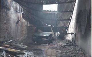 Hà Nội: Một gara ô tô trên quận Hoàng Mai bị cháy rụi
