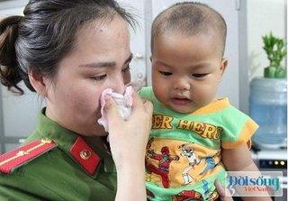 Bé trai bị bỏ rơi tại nhà nghỉ được đưa vào trung tâm bảo trợ xã hội, nhiều người nghẹn ngào nước mắt