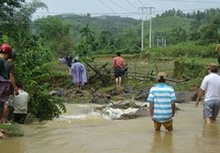 Lâm Đồng: Đi qua cầu không có lan can, ba mẹ con rơi xuống suối, bé 7 tuổi bị nước cuốn mất tích