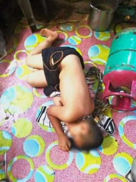 Bố xích con trai rồi đánh đập. Ảnh: Straits Times