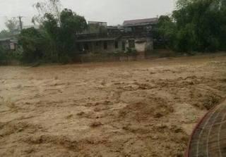 Clip mưa lớn và lũ quét kinh hoàng ở Yên Bái