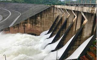 Đợt xả lũ lịch sử trong vòng 10 năm, thủy điện Hòa Bình mở 8 cửa xả đáy