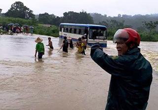 Thanh Hóa: Hãi hùng xe ô tô chở 47 học sinh mắc kẹt  giữa dòng nước lũ chảy xiết