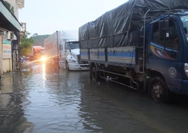 Lũ lụt vỡ đê ở Thanh Hóa làm giao thông chia cắt