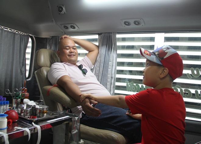 Anh Vũ Anh Dũng (chồng chị Thủy) cùng con trai vào hiến máu