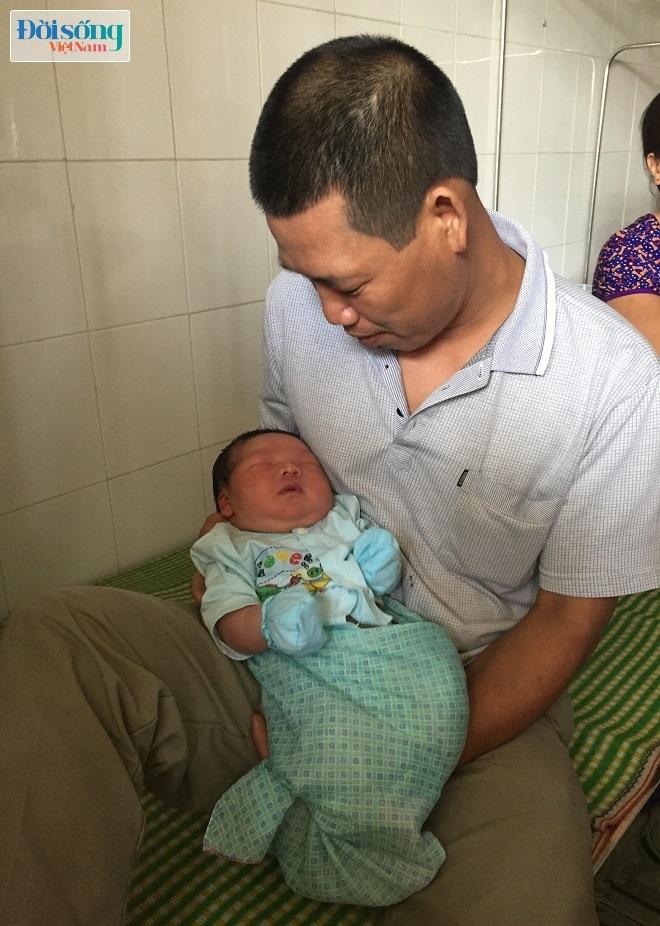 Bé trai sơ sinh nặng hơn 7kg khiến ai cũng thích nhìn
