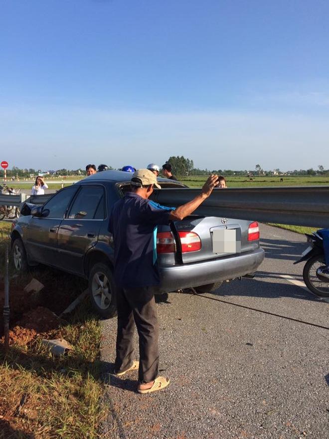 Xe ô tô 4 chỗ đâm xuyên thanh chắn đường ở Thanh Hóa ai cũng thắc mắc tài xế đi kiểu gì lại tông mạnh đến vậy