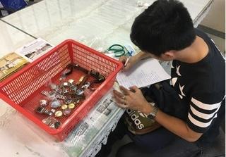 Giấu 21 chiếc đồng hồ trong ống quần khi thông quan qua sân bay Tân Sơn Nhất