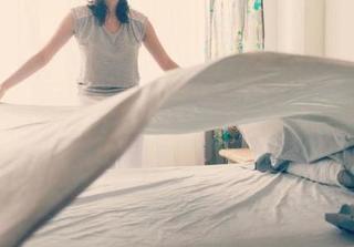 Giật mình với tác hại đáng sợ của việc gấp chăn ngay sau khi ngủ dậy