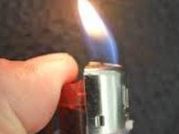 Để bật lửa trong túi quần, người đàn ông bị...