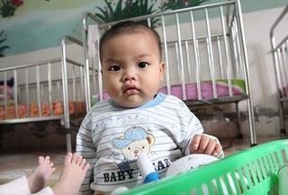 Sau 15 ngày, bé trai 7 tháng tuổi bị bỏ rơi được nữ thiếu úy cho bú sữa giờ ra sao?