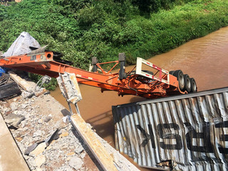 Xe đầu kéo lao xuống sông, tài xế tử vong trong cabin sau tai nạn