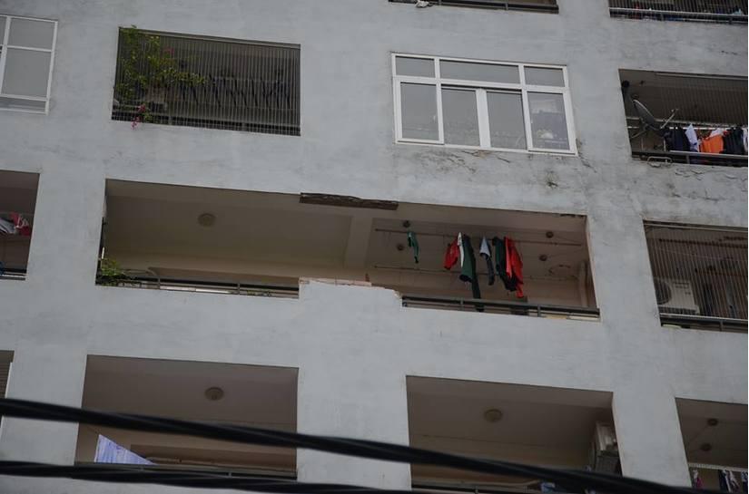 Tường nhà chung cư bất ngờ rơi xuống sân ở Hà Nội